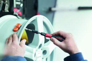 Wiha wprowadza zestaw do montażu systemów kontroli ciśnienia i temperatury w oponach