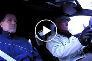 Mistrz WRC przebrany za staruszka przestraszył pracowników serwisu