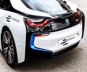 BMW zdalnie blokuje złodzieja w środku auta