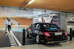 Technologia parkowania smartfonem od Bosch i Daimler