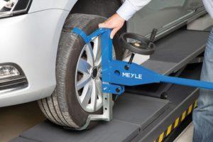 Mechanicy MEYLE wyjaśniają przyczyny uszkodzenia opon – film na YouTube