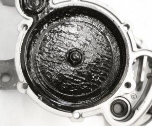 Odgłosy stukania od nagromadzenia szlamu olejowego w pompie próżniowej