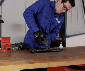 Jak zamontować wahacz w samochodzie ze światłami ksenonowymi