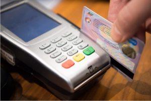 Koniec z doliczaniem dodatkowych opłat za płatność kartą