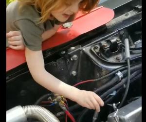 Mały mechanik uczy jak wymieniać świece!