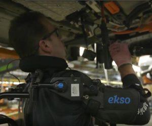 Ludzie-roboty w fabryce samochodów