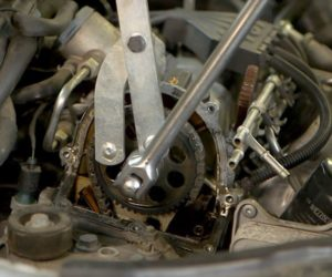 Kontrola i wymiana łańcuchowego napędu rozrządu silnika – film SWAG