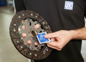 Dlaczego należy smarować profile piast tarczy sprzęgła w pojazdach