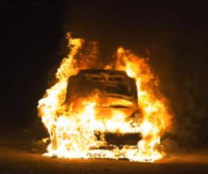 Wybuch samochodu elektrycznego. Spłonęło prawie 50 aut.