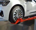 Podnośnik do obsługi samochodów elektrycznych i hybrydowych - czym się różni od standardowego?